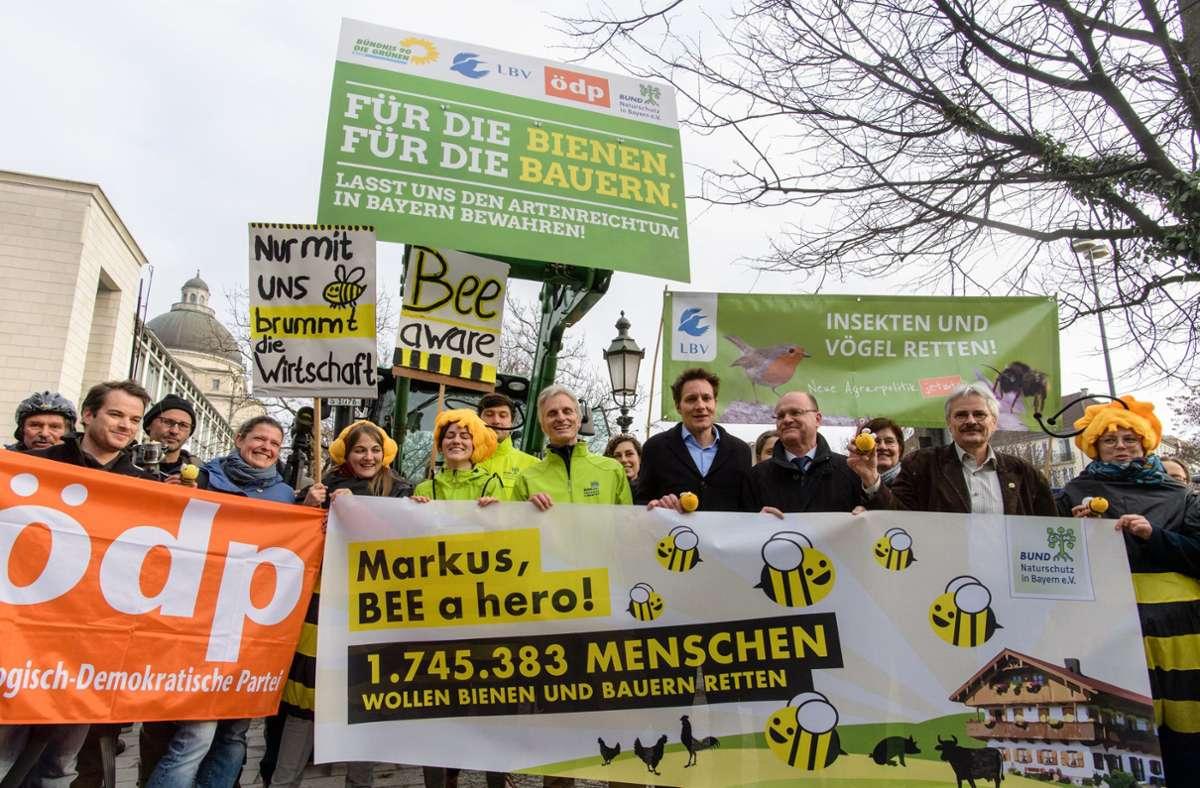 Jubel im Februar 2019: Das bayerische Volksbegehren zur Bienen-Rettung erzielt eine Rekordbeteiligung Foto: dpa/Matthias Balk