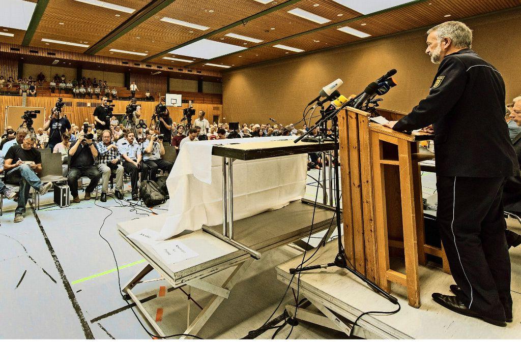 Der Polizeipräsident Bernhard Rotzinger berichtet vom Ermittlungserfolg, die Presse und 250 Endinger lauschen. Foto: dpa