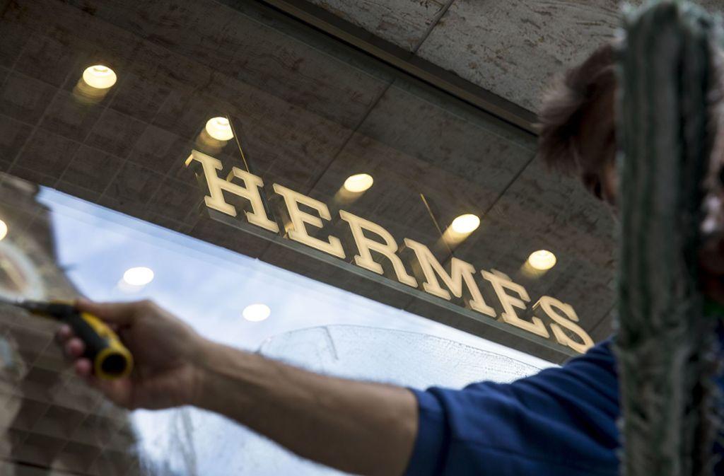 Letzter Feinschliff am Hermès-Laden in Stuttgart Foto: Lichtgut/Leif Piechowski