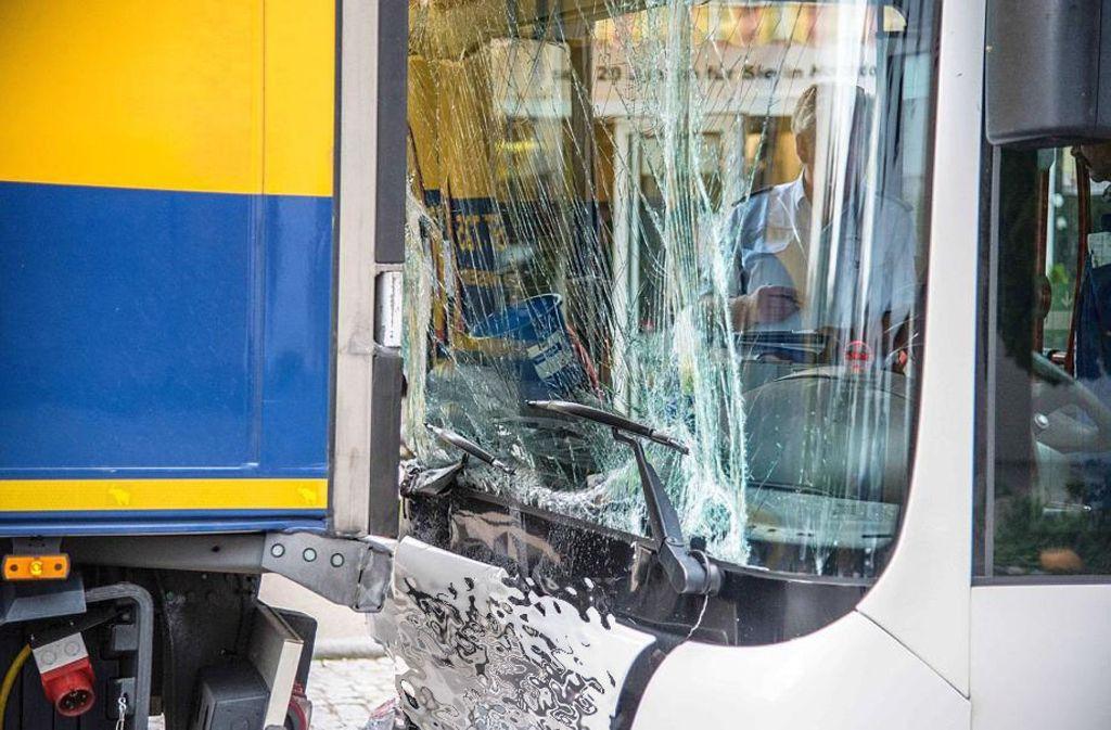 In Hochdorf im Kreis Esslingen ist ein Bus mit einem stehenden Laster kollidiert. Foto: SDMG
