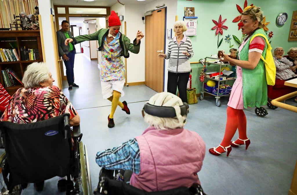 Die Aufmerksamkeit der Bewohner des Seniorenzentrums gehört ganz Artischocke und Hermeline von Reibekuchen. Foto: factum/