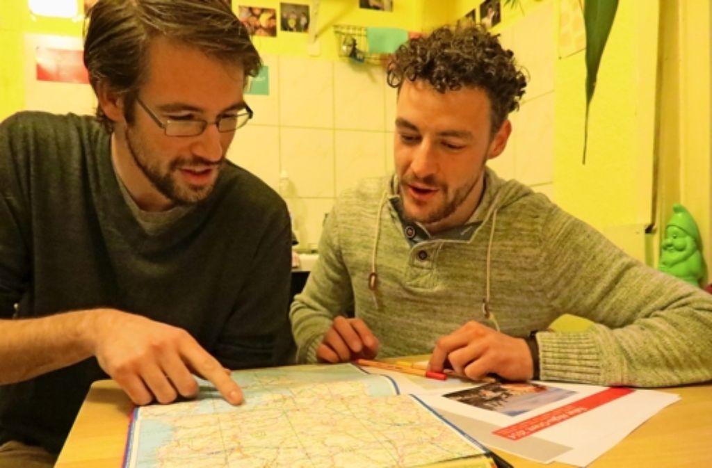 Die Reiseroute haben Stephan Krimmer (links), Steffen Strebel und ihr Team schon so gut wie fertig geplant. Nur das passende Auto fehlt den Studenten noch. Foto: Barnerßoi