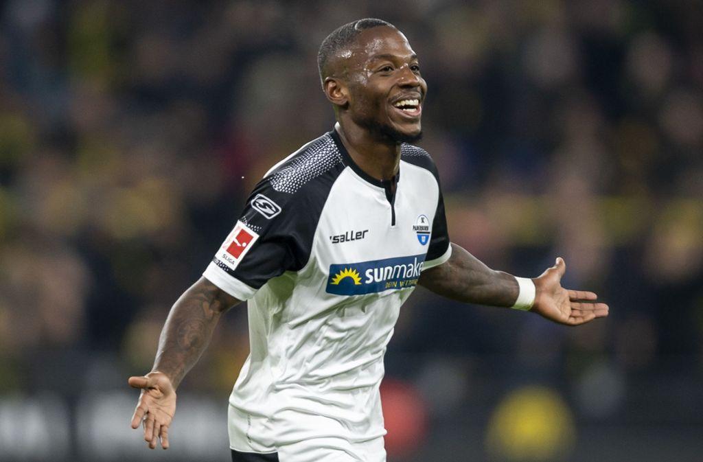 Doppelpack in Dortmund: Streli Mamba bringt mit seinen zwei Toren den BVB an den Rand einer Niederlage – am Ende steht es 3:3. Foto: dpa/David Inderlied