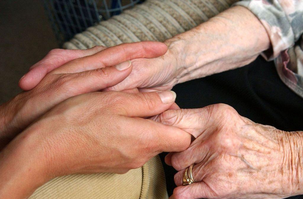 Für Zuwendung bleibt bei der Pflege zu wenig Zeit. Auch das führt zu psychischen Belastungen bei den  Pflegekräften. Foto: Zentralbild