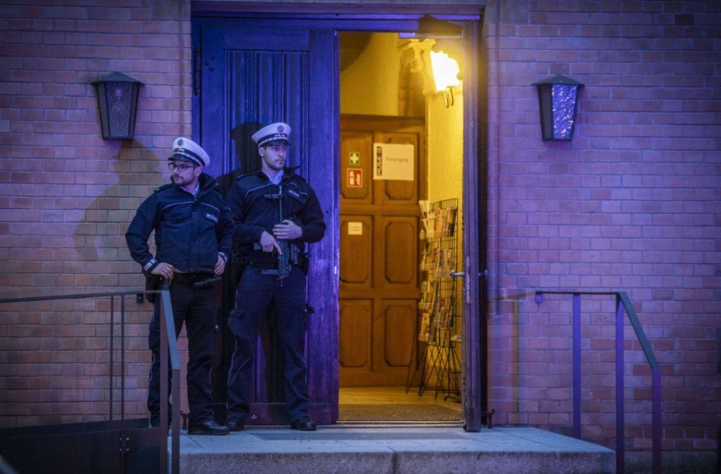 Die Polizei sichert einen Eingang zur Lutherkirche. Foto: 7aktuell.de/Simon Adomat