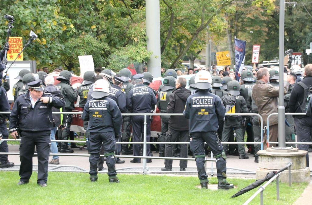 Zwischen der Polizei und Demonstranten ist es zu Rangeleien gekommen. Foto: SDMG