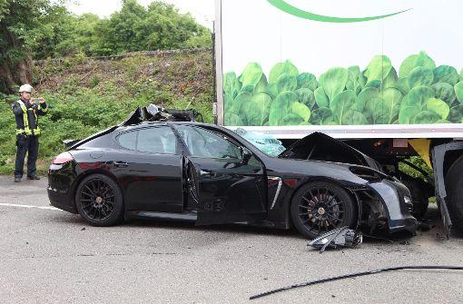 17-jähriger Porsche-Fahrer nach Unfall in Lebensgefahr