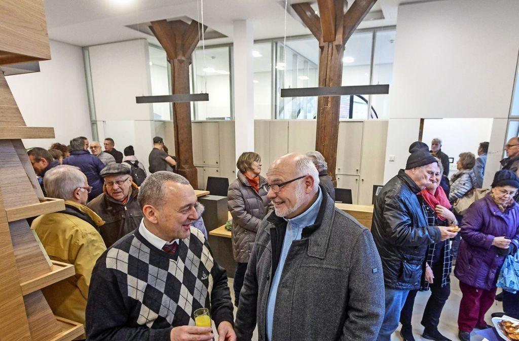 Viele Merklinger schauen sich im umgebauten alten Rathaus bei Saft und Gebäck um, unter ihnen auch Bürgermeister Schreiber (links). Foto: factum/Bach