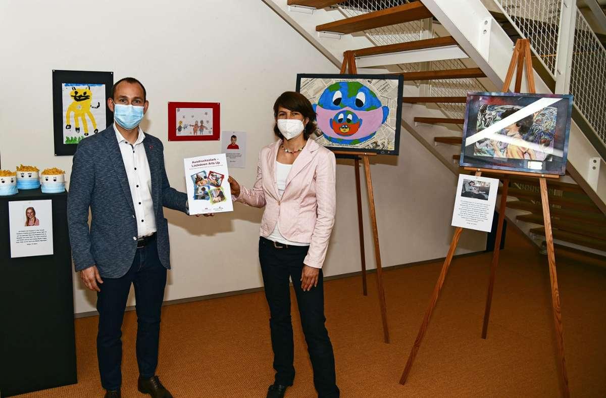 Stefan Belz und Janina Ulmer  mit dem Kunstbuch. Foto: Stadtverwaltung