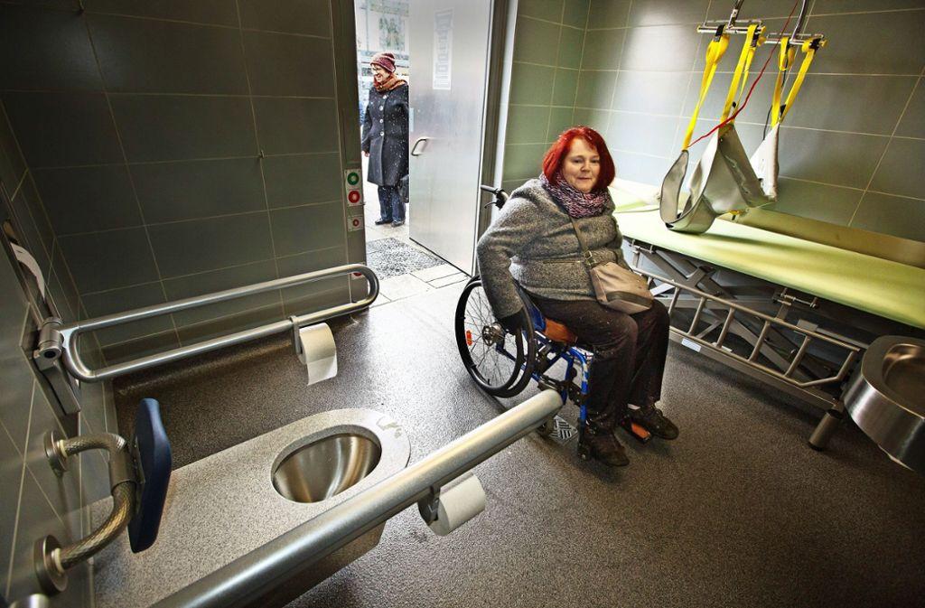 """Die  """"Toilette  für alle"""" verfügt über einen Lift und eine verstellbare Liege. Foto: Ines Rudel"""
