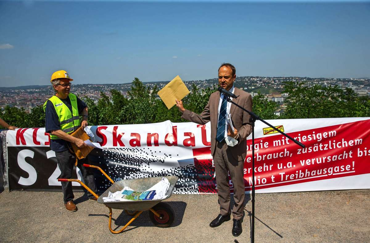 Ulrich Arndt  von der Stabsstelle für Bürgerbeteiligung nimmt den Brief der S-21-Gegner entgegen. Foto: Lichtgut/Leif Piechowski