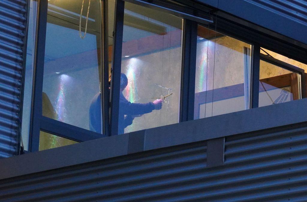 Mutmaßlich in der Nacht auf Samstag wurde die Fensterscheibe einer Shisha-Bar in Hedelfingen durch einen Schuss beschädigt. Die Polizei ermittelt weiter am Tatort. Foto: Andreas Rosar