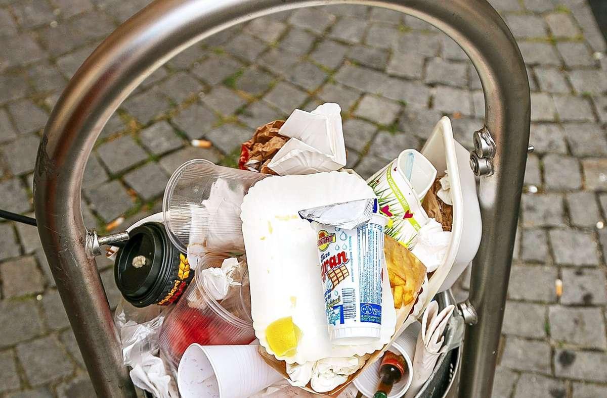 So voll sind die städtischen Mülleimer mittlerweile vielerorts. Foto: Archiv Roberto Bulgrin