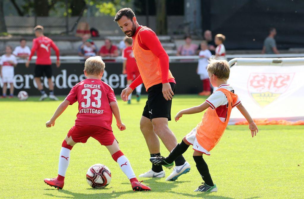 Gonzalo Castro vom VfB Stuttgart trainiert mit den Kindern vom Fritzle-Club. Foto: Pressefoto Baumann