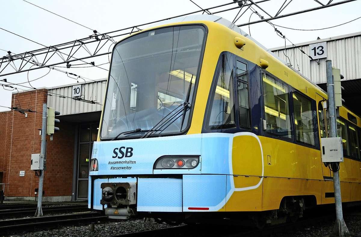 OP statt Stoff: symbolischer Maskenwechsel an der Frontpartie der Stuttgarter Stadtbahnen Foto: Stuttgarter Straßenbahnen
