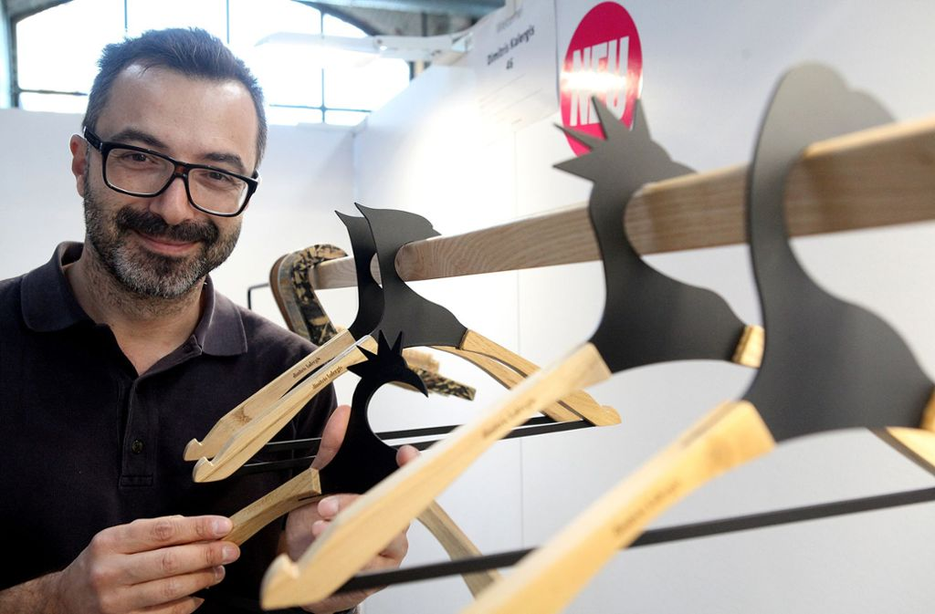 Dimitris Kalergis aus Griechenland fertigt originelle Kleiderbügel aus heimischem Holz. Foto: Lichtgut/Jan Reich
