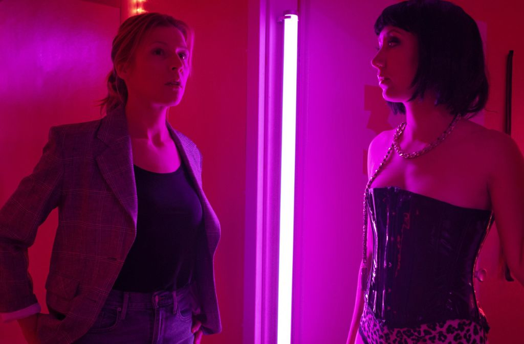 Ermittlungen  im Rotlicht:  Julia Grosz (Franziska Weisz) befragt eine Prostituierte. Foto: NDR/Christine Schroeder