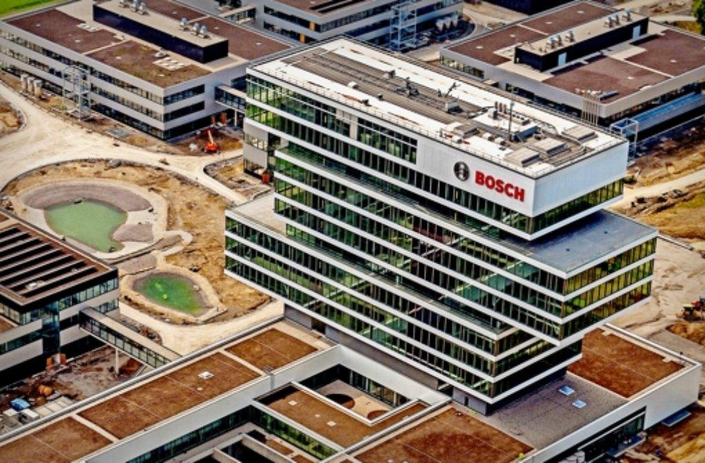 Das imposante, 60 Meter hohe Bosch-Hochhaus aus der Luft fotografiert, daneben die beiden Seen. Foto: Holger Leicht