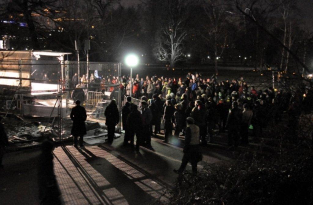 Die Demonstranten rissen erst Werbetransparente ab und gelangten dann durch zwei Schlupflöcher in den abgesperrten Bereich des Mittleren Schlossgartens. Foto: 7aktuell.de/Gerlach