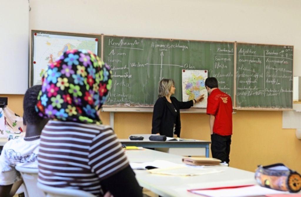 Nur wer in Deutschland aufgewachsen und zur Schule gegangen ist, soll künftig den Doppelpass bekommen. Foto: dpa-Zentralbild