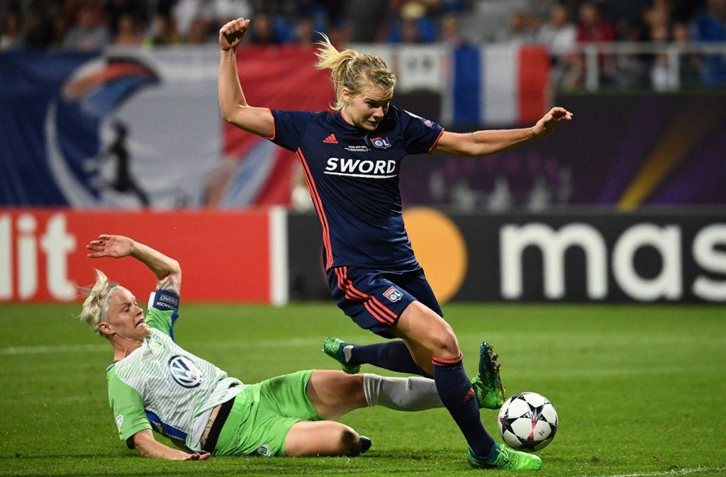 Wolfsburgs Nilla Fischer (links) im Kampf um den Ball. Foto: AFP