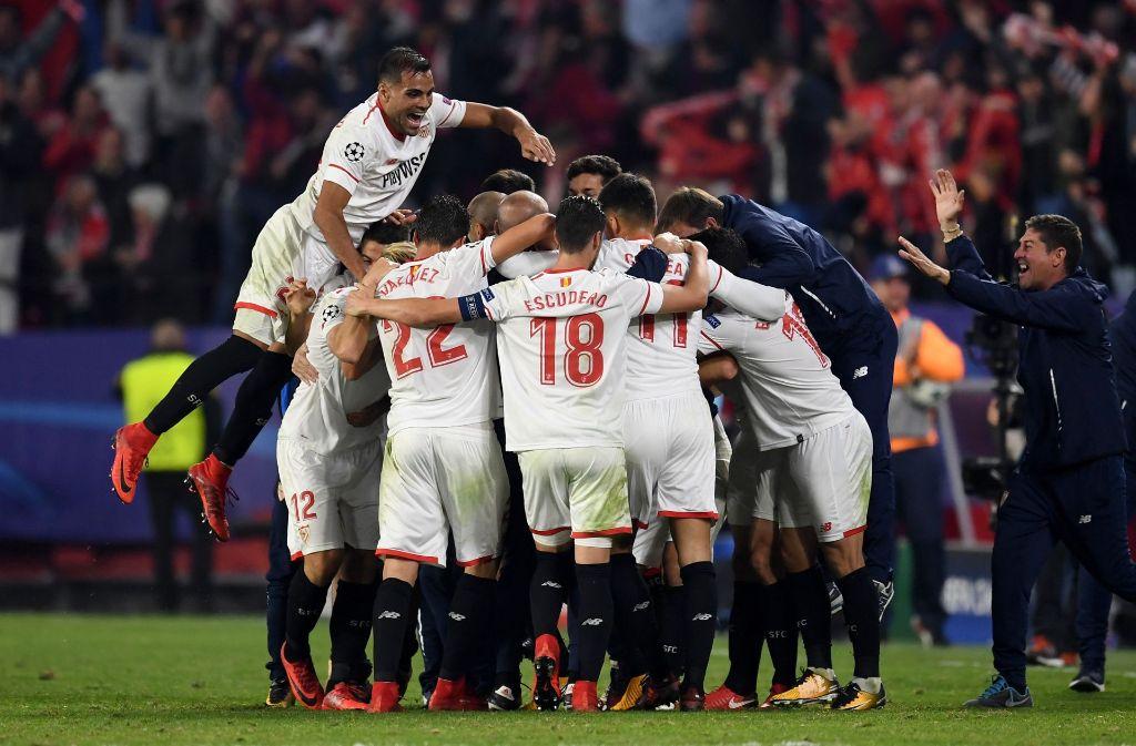 Nach dem Schlusspfiff gab es kein Halten mehr für Spieler und Fans. Foto: Getty Images Europe