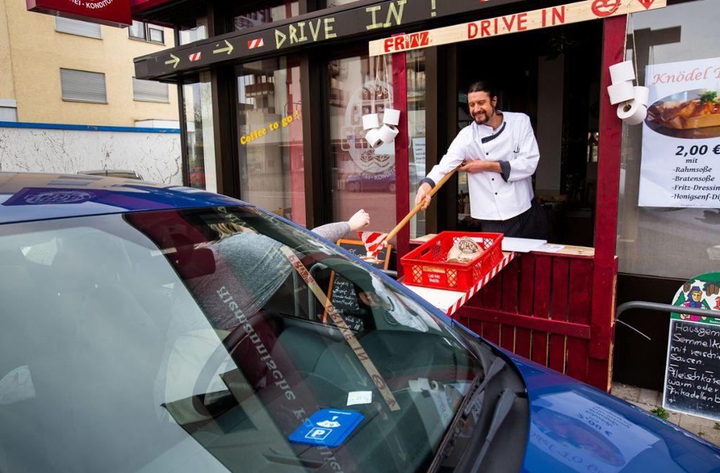 An seine Bäckerei und Konditorei hat Simon Fritz einen Drive-in-Schalter gebaut. Foto: dpa/Philipp von Ditfurth