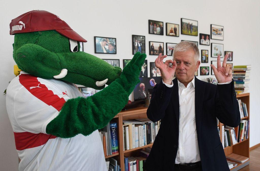 Das Maskottchen des VfB Stuttgart, Fritzle, und der Oberbürgermeister Fritz Kuhn in dessen Büro. Foto: dpa