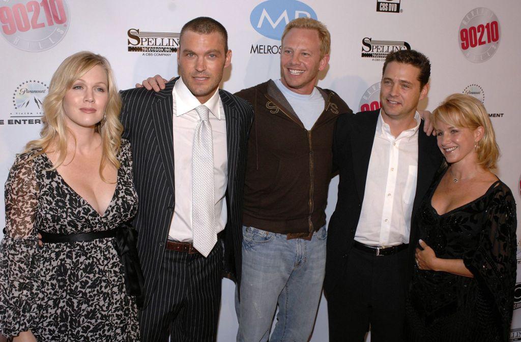 """Ein Bild aus besseren Tagen:  Jennie Garth, Brian Austin Green, Ian Ziering, Jason Priestley and Gabrielle Carteris (v. li.) feiern 2006 den Start der DVD-Ausgabe von """"Beverly Hills, 90210"""" Foto: AP/Phil Mccarten"""