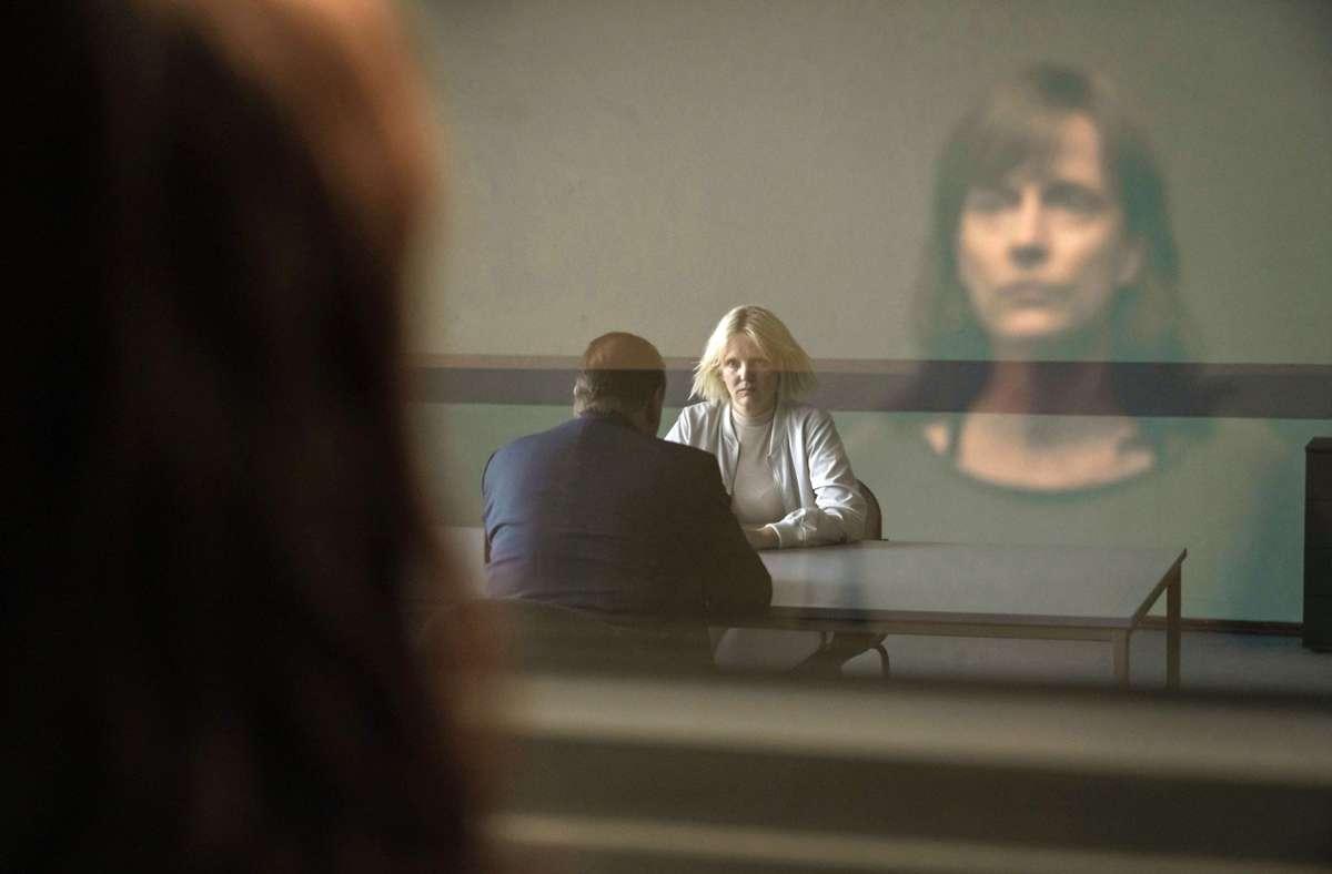 Kommissarin Brasch beobachtet die Vernehmung von Annegret Wegner. Foto: MDR/Stefan Erha