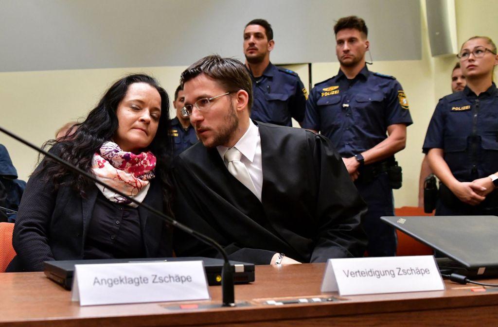 Beate Zschäpe und ihr Vertrauensanwalt Mathias Grasel Foto: dpa-Pool