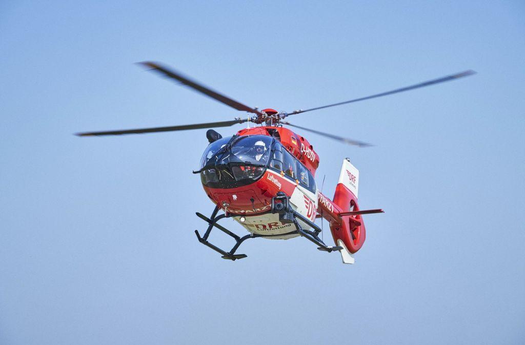 Beide Rennradfahrer mussten mit dem Rettungshubschrauber in Krankenhäuser geflogen werden. (Symbolbild) Foto: dpa/Bert Spangemacher