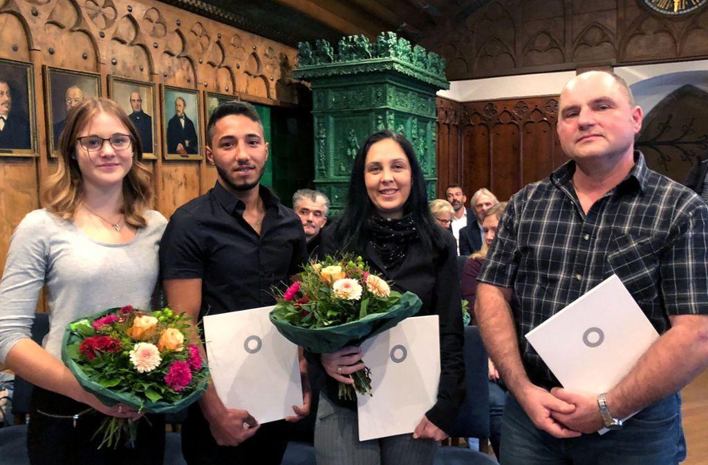 Nina Bäumler, Bilal Hasan, Aferdita Gau und Olaf Klingler (v.l.n.r.) werden für ihr mutiges Eingreifen bei einer Messer-Attacke geehrt. Foto: dpa