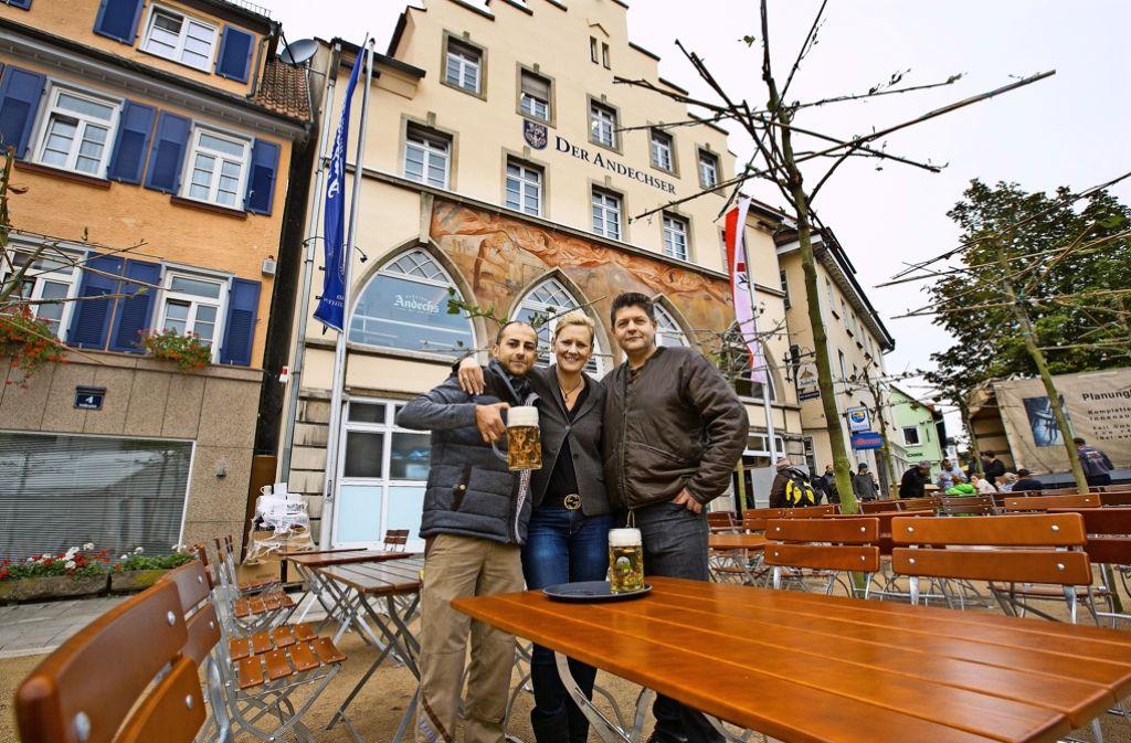Die Betreiber des Andechser heben schon mal das Glas: Giovanni Giampa, Birgit Grupp und Zlatko Iljazowitsch (von links). Foto: Horst Rudel