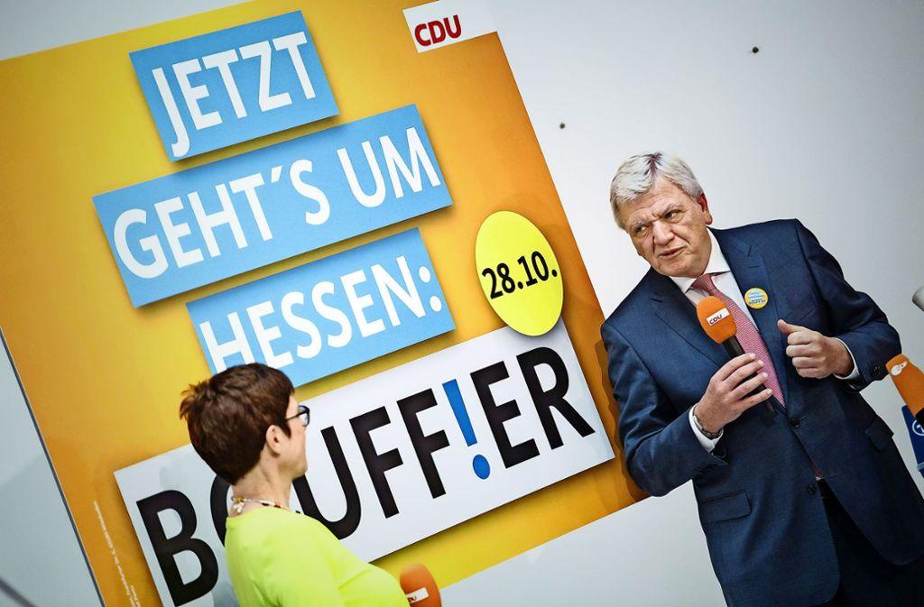 """""""Hessen ist anders"""", sagt Ministerpräsident Volker Bouffier  im Wahlkampf, hier mit Unions-Generalsekretärin Annegret Kramp-Karrenbauer. Foto: dpa"""
