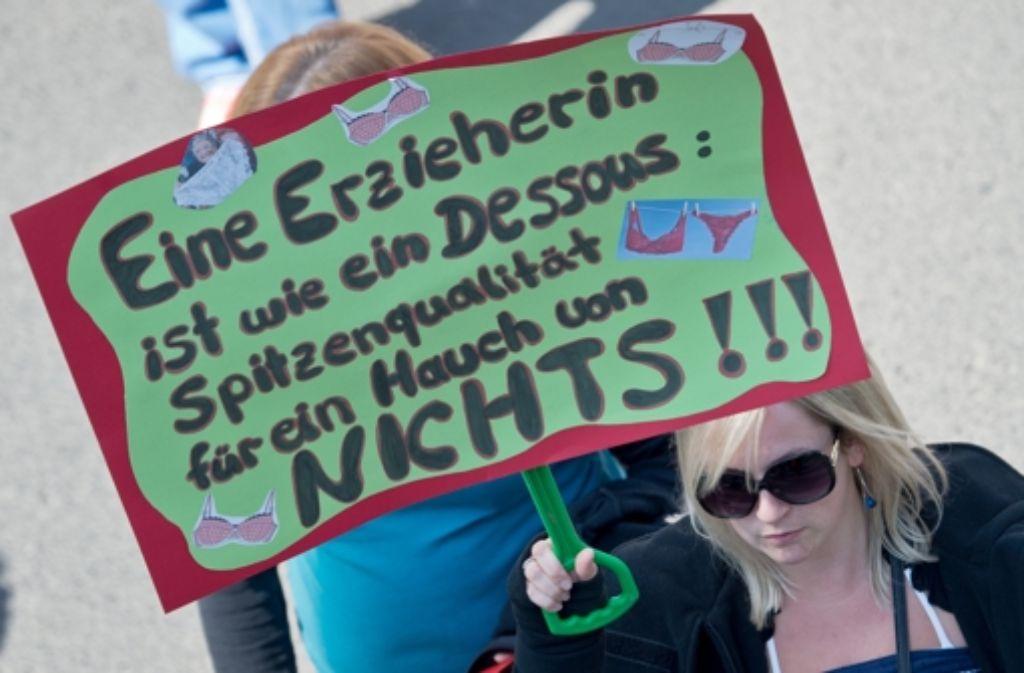 Mit Wut und Ironie: Die Erzieherinnen der Kitas streiken. Foto: dpa
