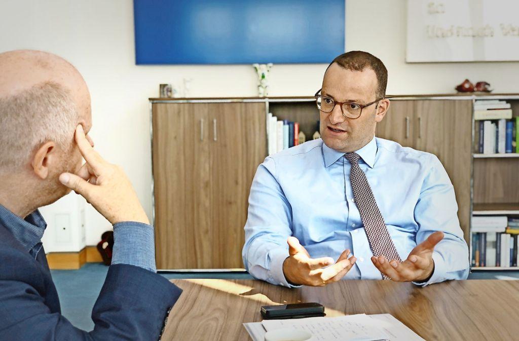 Gesundheitsminister Jens Spahn (rechts) im Gespräch mit Redakteur Norbert Wallet. Foto: BMG/Schinkel