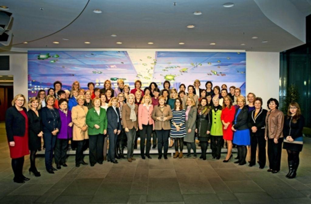 Auf dem Foto mit den weiblichen Abgeordneten der Union  steht Ronja Schmitt ganz vorne  neben der Kanzlerin. Foto: Bundespresseamt