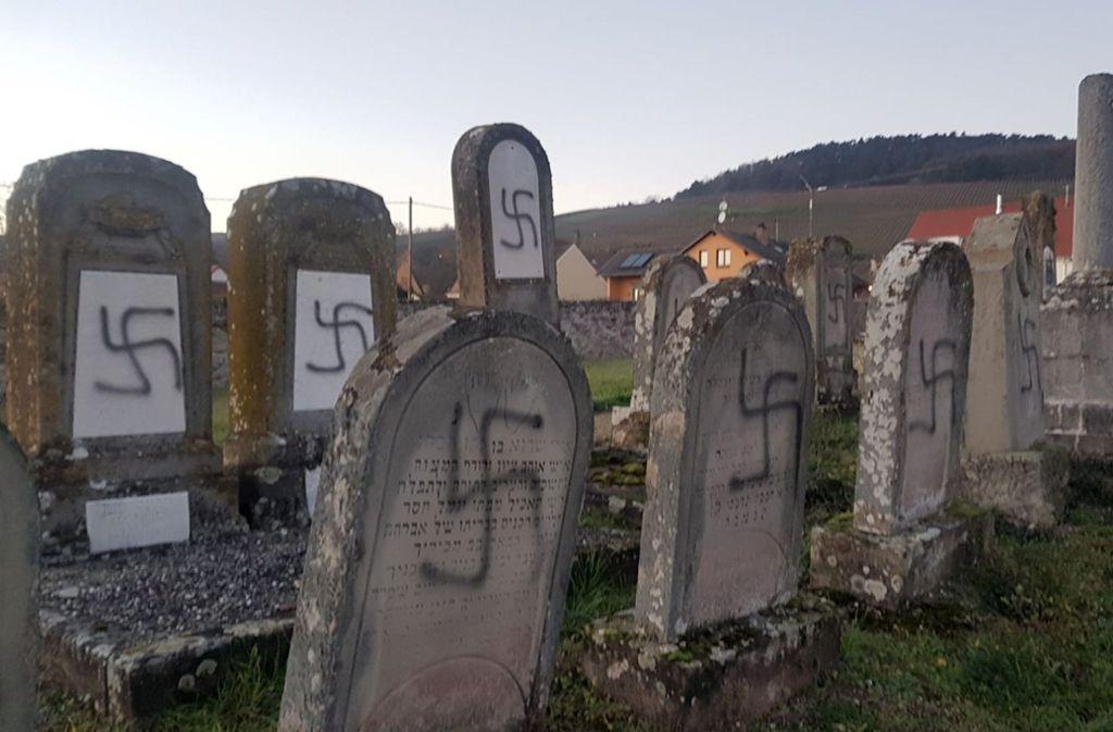 Geschändete Grabsteine auf einem jüdischen Friedhof Foto: dpa/Uncredited