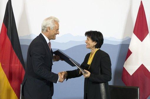 Im September unterschrieben Ramsauer und Leuthard den Vertrag. Foto: dpa
