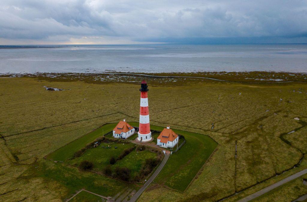 Der Leuchtturm von Westerhever ist weit bekanntes Wahrzeichen am Wattenmeer. Foto: dpa