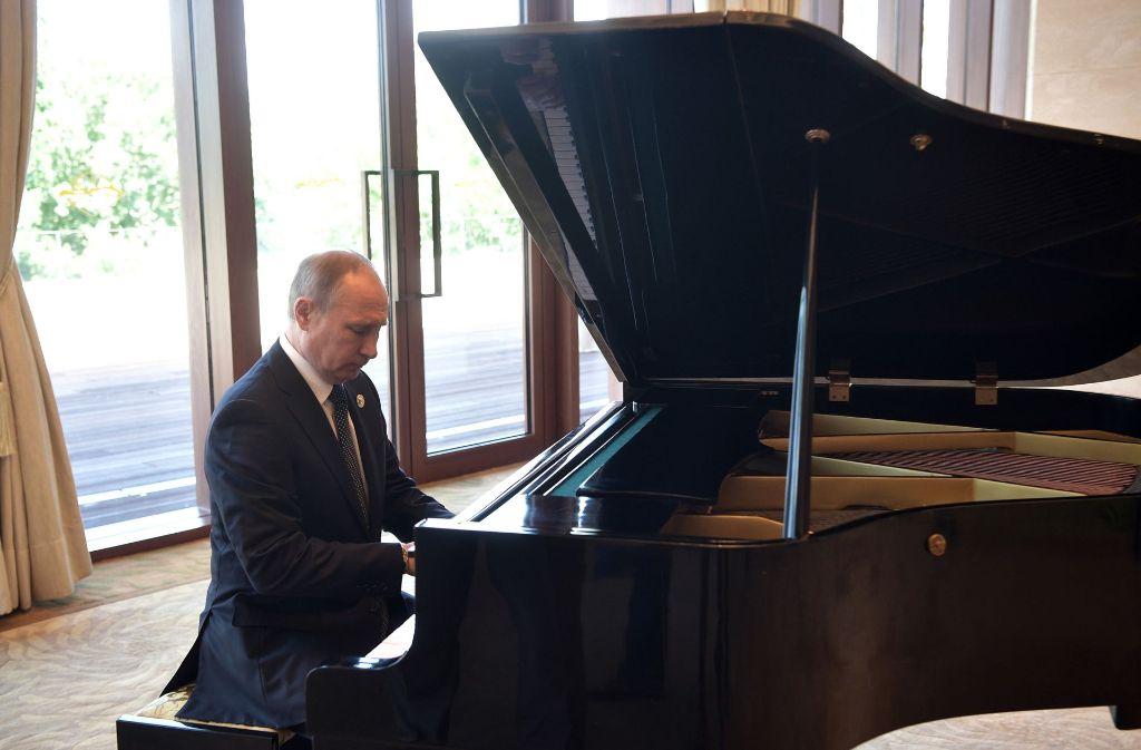 Ein Klavier, ein Klavier! – und Wladimir Putin an den Tasten. Foto: AP