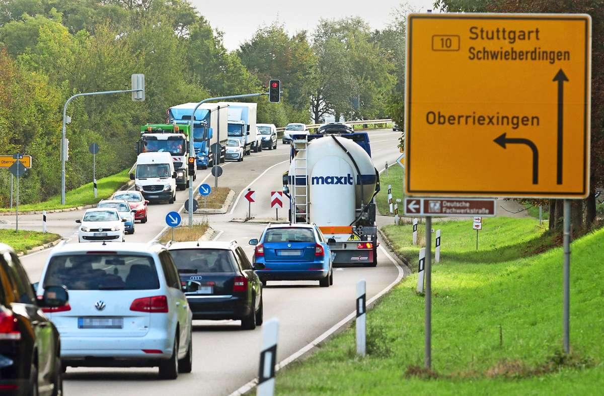 Rund 30000 Fahrzeuge wälzen sich täglich über die B 10 durch den Vaihinger Teilort Enzweihingen. Foto: factum//Simon Granville