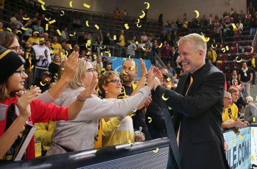 Trainer John Patrick in Feierlaune: Sieg und 400 Spiele