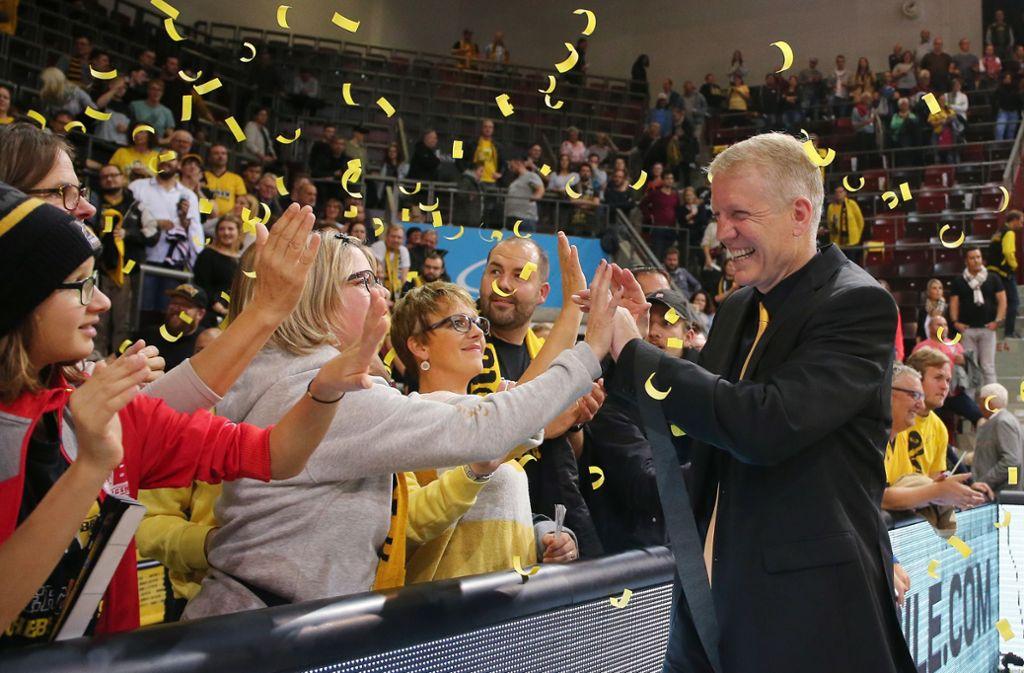 Die Fans feiern John Patrick  – 400 Spiele sind eine stolze Zahl. Foto: Baumann