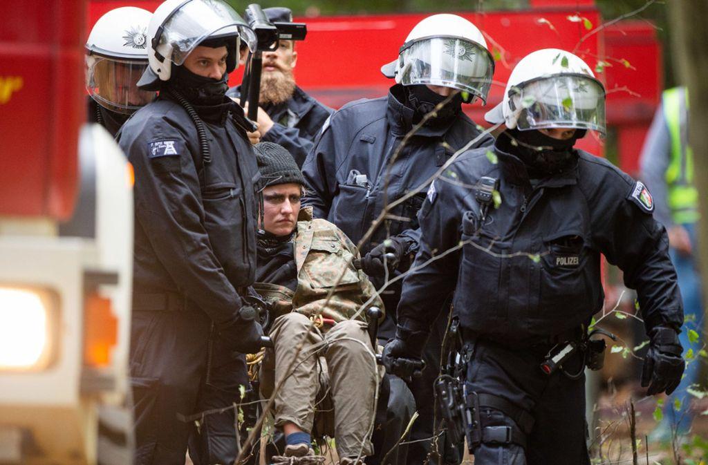 Polizisten tragen im Hambacher Forst einen Demonstranten davon. Foto: dpa