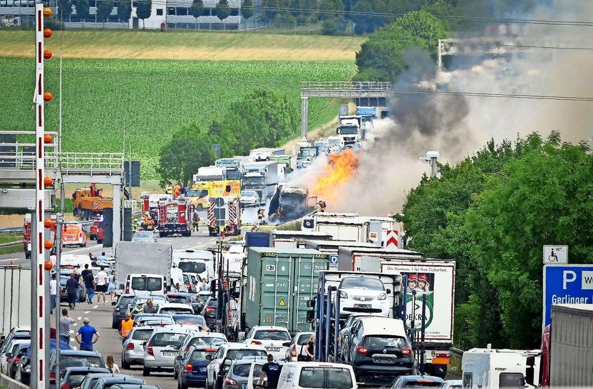 Schwere Unfälle, wie hier auf der A81 bei Gerlingen, gab es  auch im Corona-Jahr. Allerdings sind dabei deutlich weniger Menschen zu Schaden gekommen. Foto: factum/Simon Granville