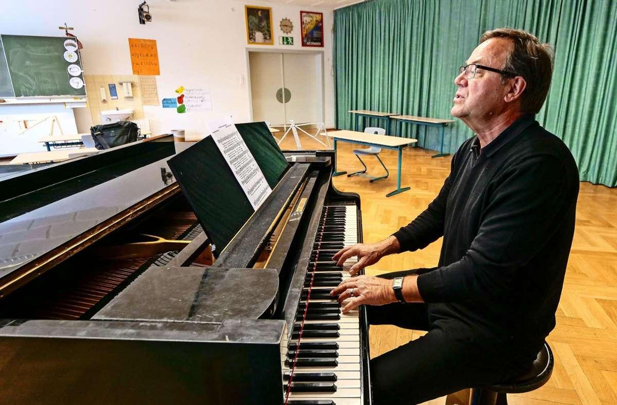 Karl Rueß am Klavier im Musiksaal: Sein Lied erklärt die Corona-Regeln mit einer eingängigen Melodie. Foto: factum/Simon Granville