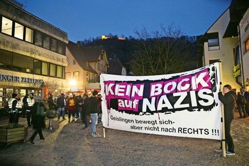 Rund 250 Männer und Frauen demonstrieren gegen die Wahlkampfveranstaltung der AfD. Foto: Horst Rudel
