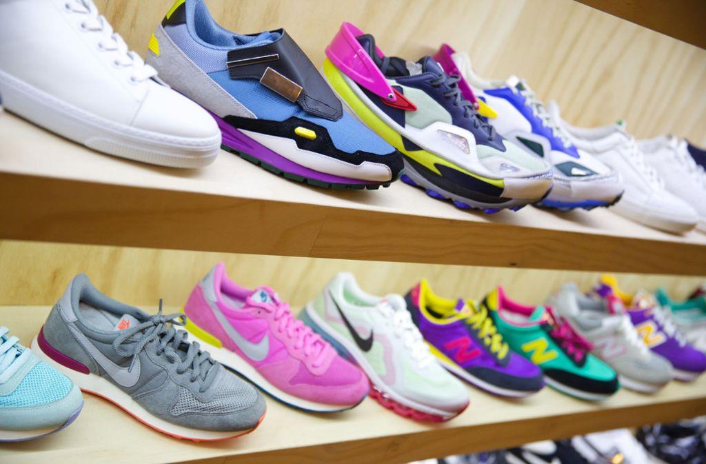 Sneaker sind längst Sammler- und Statusobjekt. Sie werden teilweise wie Wertpapiere in Online-Börsen gehandelt und sorgen für irrwitzige Warteschlangen vor Schuhgeschäften. Foto: dpa/Jörg Carstensen